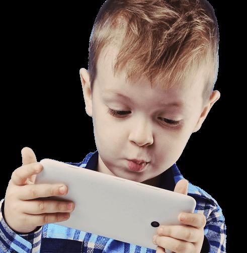 Junge schaut auf ein Smartphone
